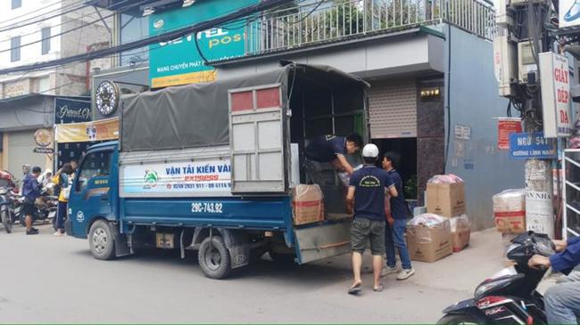 xe tải chở hàng kiến vàng
